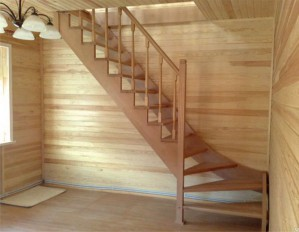 Лестница из сосны для дачи - это эстетично