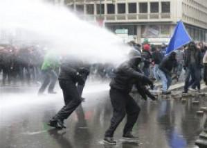 Бельгийские рабочие АрселорМиттал пошли на баррикады, протестуя против закрытия металлургических производств в Льеже.