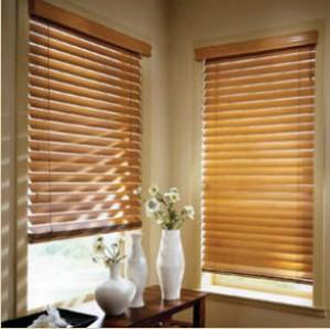Прикрашаємо вікна: дерев`яні жалюзі або римські штори?